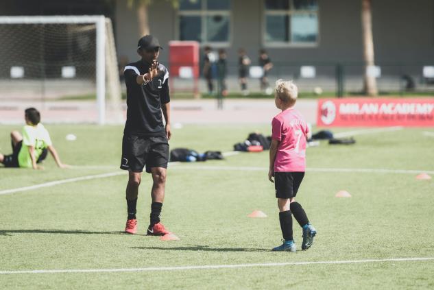 El currículum de entrenador de fútbol es una mezcla de autopromoción con información complementaria de tu carrera. Vas a necesitar elaborarlo de acuerdo a los valores y visión de los clubes a los cuales estás aplicando.